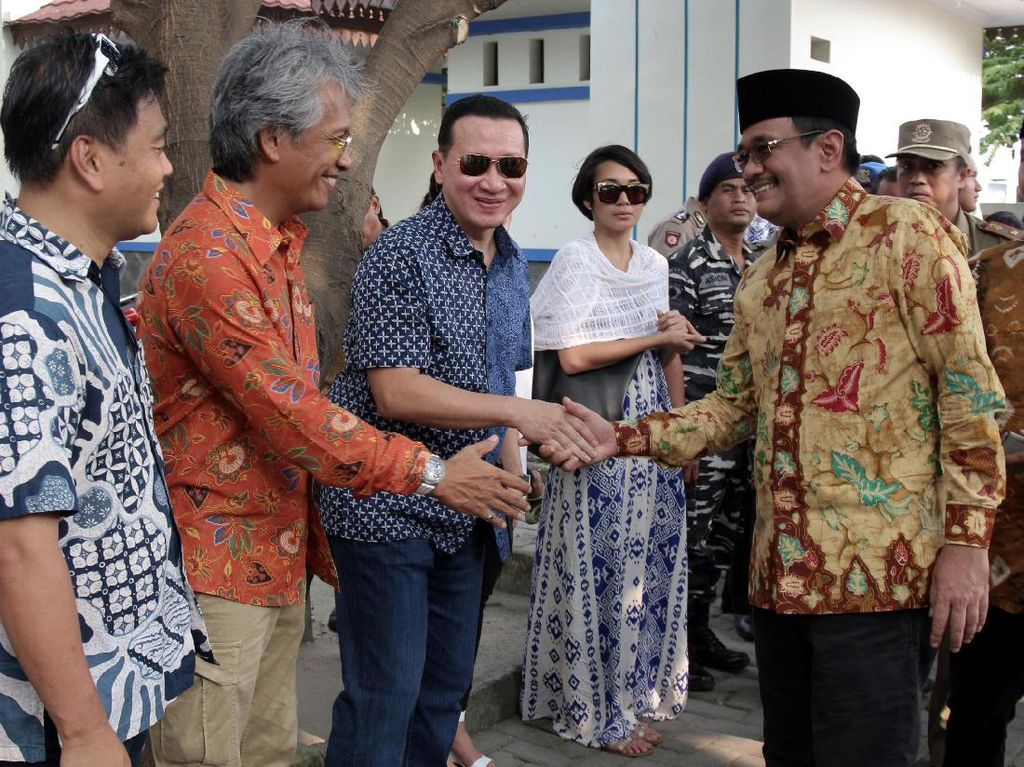 Plt Gubernur DKI Jakarta Djarot Saiful Hidayat menyalami Ketua Umum Seadoo Club Indonesia Eddy Indrayadi dan warga Kepulauan Seribu.