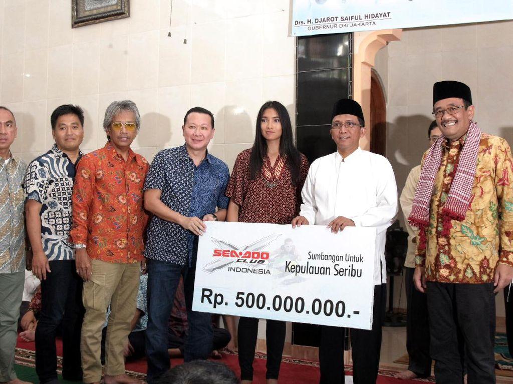 Plt Gubernur DKI Jakarta Djarot Saiful Hidayat menyaksikan penyerahan bantuan Seadoo Club Indonesia kepada warga Kepulauan Seribu.
