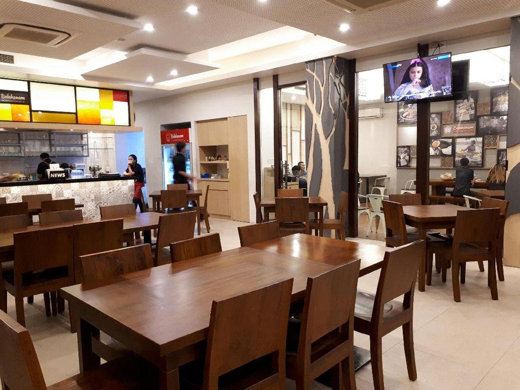 Balakenam Dapoer Rakjat berlokasi di Tebet. Restoran ini nyaman untuk makan bersama keluarga atau kerabat. Di sini tersedia ragam menu Indonesia dari berbagai wilayah.