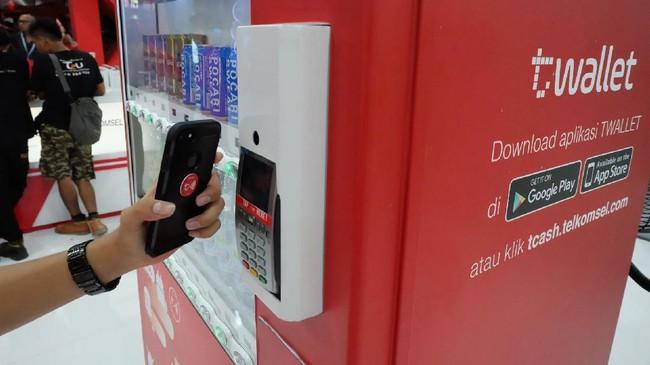 Telkomsel juga menghadirkan penguatan ekosistem layanan gaya hidup digital melalui kehadiran vending machine TCASH.