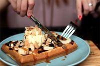 Wafel dengan saus cokelat atau stroberi memiliki kandungan kalori hingga 380 kkal. Kalori pada wafel mengandung 28 persen lemak, 63 persen karbohidrat dan 9 persen protein. Foto: Berbagai sumber