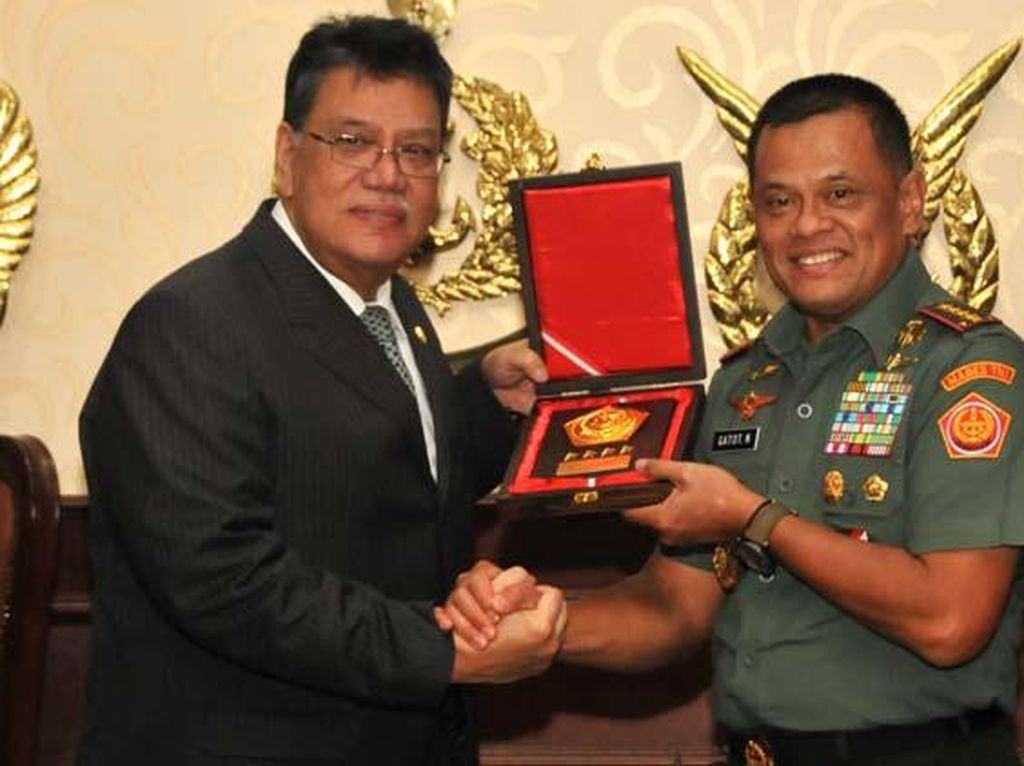 Panglima TNI dan Dubes Malaysia Y.M. Dato Zahrain Mohamed Hashim bertukar cenderamata. Pool/Puspen TNI.