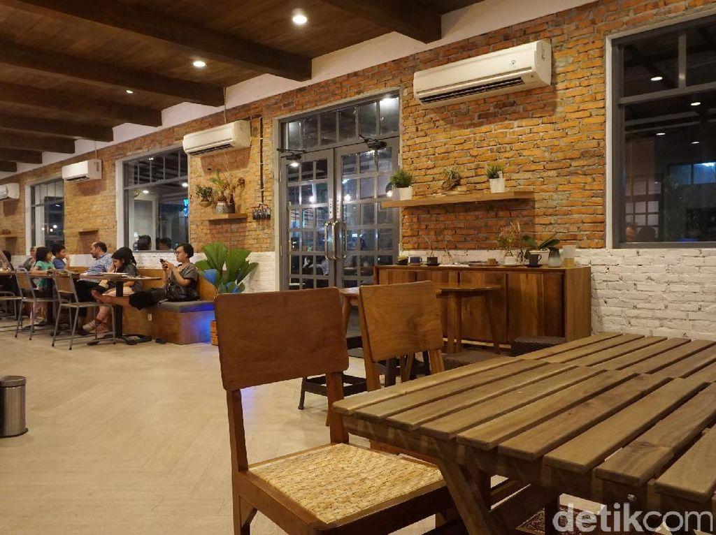 Di kawasan Cipete, Anda bisa mampir ke kafe milik kakak Raisa ini. Tidak hanya punya andalan kopi, kafe ini juga punya sajian nikmat dan mengenyangkan.