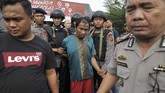 <p>Polisi menggiring salah seorang narapidana yang berhasil ditangkap setelah melarikan diri dari Lapas Klas II A Jambi, Jambi, Rabu (14/6). (ANTARA FOTO/Wahdi Septiawan)</p>
