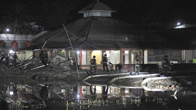 <p>Aparat kepolisian dan TNIberjaga di sekitar dinding Lapas Klas II A Jambi yang jebol akibat banjir di Jambi, Rabu (14/6) malam. (ANTARA FOTO/Wahdi Septiawan)</p>