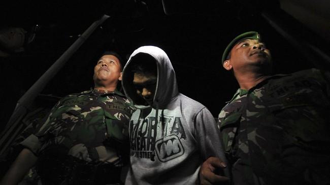 <p>Aparat kepolisian dan TNI juga mengimbau warga sekitar untuk membantu aparat yang mengejar puluhan napi yang masih berada di luar.(ANTARA FOTO/Wahdi Septiawan)</p>