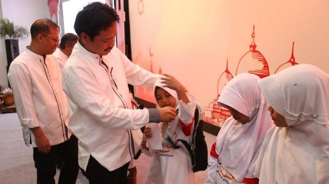 Tampak pula Direktur Sales Telkomsel Sukardi Silalahi, secara simbolis menyerahkan bantuan kepada salah satu anak negeri di acara buka puasa bersama Telkomsel.