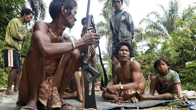 Lahan tempat mereka berburu dulu, kini sudah berubah jadi kebun kelapa sawit. Meski demikian, berburu harus tetap dilakukan karena hanya itu yang mereka bisa. (AFP PHOTO / GOH CHAI HIN)