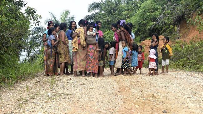 Tawaran untuk berpindah keyakinan diterima oleh sebagian Orang Rimba. Sementara itu, bantuan dari Lembaga Swadaya juga membuat mereka kini bisa menetap, mendapat KTP dan memeroleh akses pendidikan dan layanan kesehatan. (AFP PHOTO / GOH CHAI HIN)