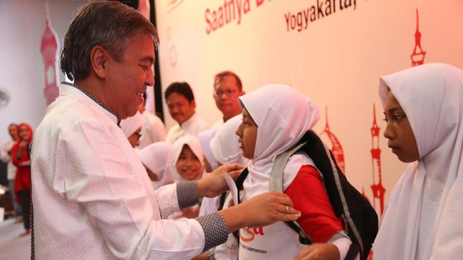 Direktur Network Telkomsel Bob Apriawan, secara simbolis menyerahkan bantuan kepada salah satu anak negeri di acara buka puasa bersama Telkomsel di Yogya.