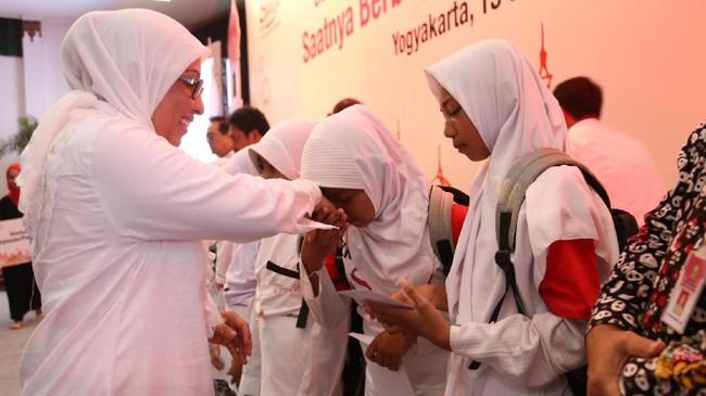 Executive Vice President Area Jawa Bali Telkomsel Ririn Widaryani, juga melakukan hal yang sama.