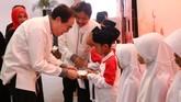 Direktur Planning & Transformation Telkomsel Edward Ying, secara simbolis menyerahkan bantuan kepada salah satu anak negeri di acara buka puasa bersama Telkomsel di Yogya, Kamis (15/6).