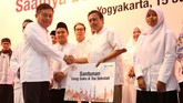Direktur Utama Telkomsel Ririek Adriansyah, secara simbolis menyerahkan bantuan kepada salah satu anak negeri di acara buka puasa bersama Telkomsel di Yogya, Kamis (15/6).