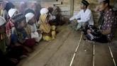 Orang Rimba mendapatkan pakaian lengkap hasil dari sumbangan pemerintah dan LSM. Dulu mereka hanya mengenakan cawat. Bantuan pemerintah lebih mudah diserahkan ketika mereka menetap dan memiliki KTP. (AFP PHOTO / GOH CHAI HIN).