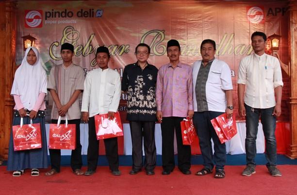 Wakaf Alquran untuk Islamic Center Karawang