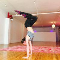 Penggunaan media sosial membuat latihan yoga online yang digagas Tara semakin sukes. Latihan yoga yang ia lakukan pun sebagian besar bisa dilakukan di rumah dengan menggunakan sofa, meja hingga tempat tidur. (Foto: Instagram/@tarastiles)
