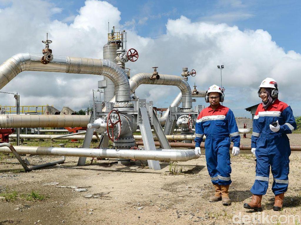 Pekerja mengecek fasilitas kepala sumur uap cluster D di Pembangkit Listrik Tenaga Panas Bumi (PLTP) Ulubelu, Tenggamus, Lampung, Jumat (16/7/2017).