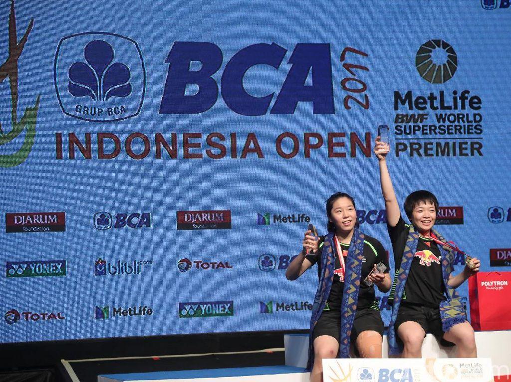 Pasangan ganda putri China, Chen Qingchen dan Jia Yifanmenraih gelar juara Indonesia Open 2017, di JCC, Jakarta, Minggu (18/7). Keduanya mengalahkan pasangan ganda putri Korea Selatan Chang Ye Na dan Lee So Hee 21-19 15-21 21-10.