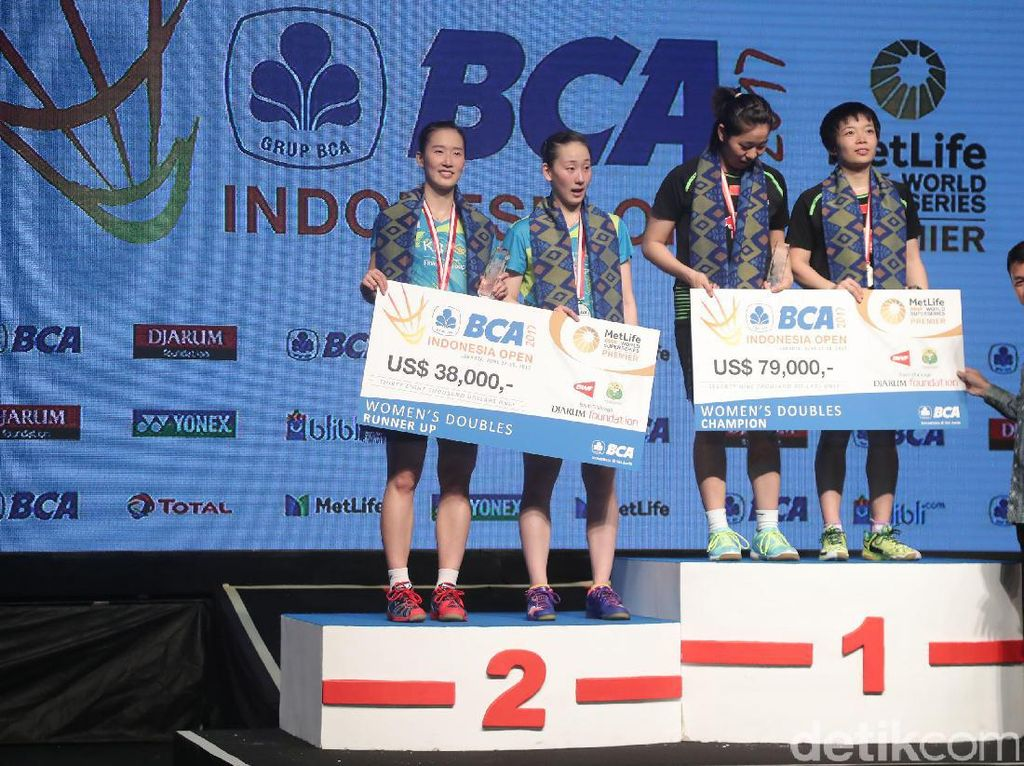 Chen Qingchen - Jia Yifan danpasangan ganda putri Korea Selatan Chang Ye Na - Lee So Hee saat naik podium kemenangan.