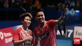 <p>Tontowi Ahmad dan Liliyana Natsir merayakan kemenangan di Indonesia Terbuka 2017 dengan melakukan selfie menggunakan kamera jurnalis foto di Jakarta Convention Center. (CNN Indonesia/Andry Novelino)</p>