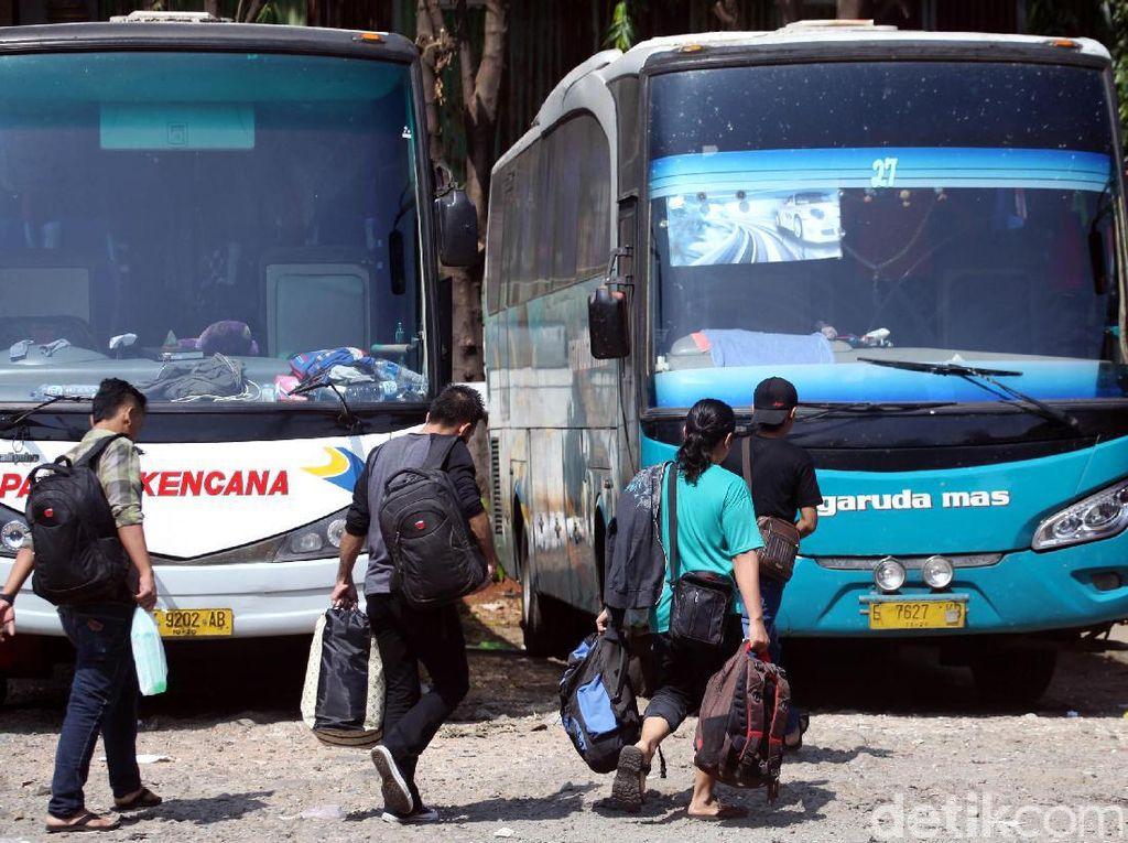 Terminal Bus bayangan ini sudah mulai ramai dipenuhi oleh para calon penumpang yang ingin mudik.