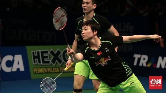 <p>Permainan Zheng Siwei/Chen Qingchen menurun di gim kedua. Tekanan ribuan suporter tuan rumah juga membuat ganda campuran asal China itu kesulitan menjaga ritme permainan. (CNN Indonesia/Andry Novelino)</p>