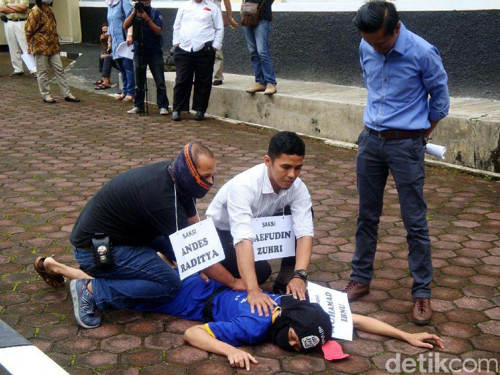 Polisi memperagakan saat membekuk Muhammad Ibnu Dar.