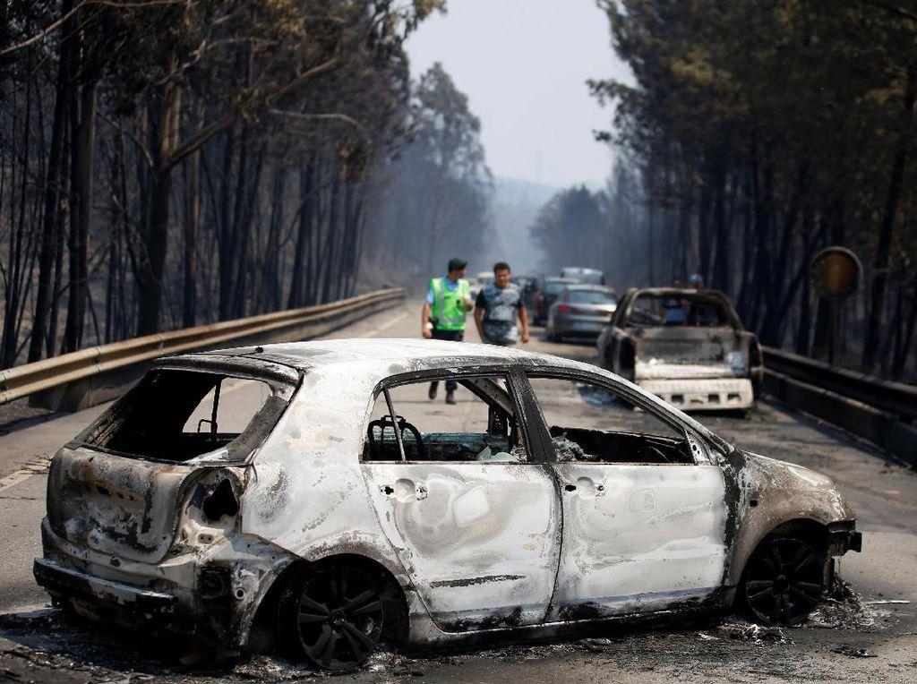 Sekretaris Negara Portugal, Jorge Gomes mengatakan sebagian besar korban meninggal akibat menghirup asap dan luka bakar, sementara dua orang tewas dalam kecelakaan akibat kebakaran. Sebelumnya Gomes mengatakan ada 30 mayat yang ditemukan dalam mobil. Diduga mereka tewas saat hendak menyelamatkan diri. REUTERS/Rafael Marchante.