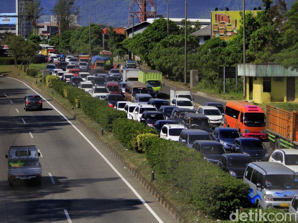 Kendaraan yang keluar Tol Cileunyi didominasi kendaraan pemudik dari luar Bandung. Pool/Wisma Putra.