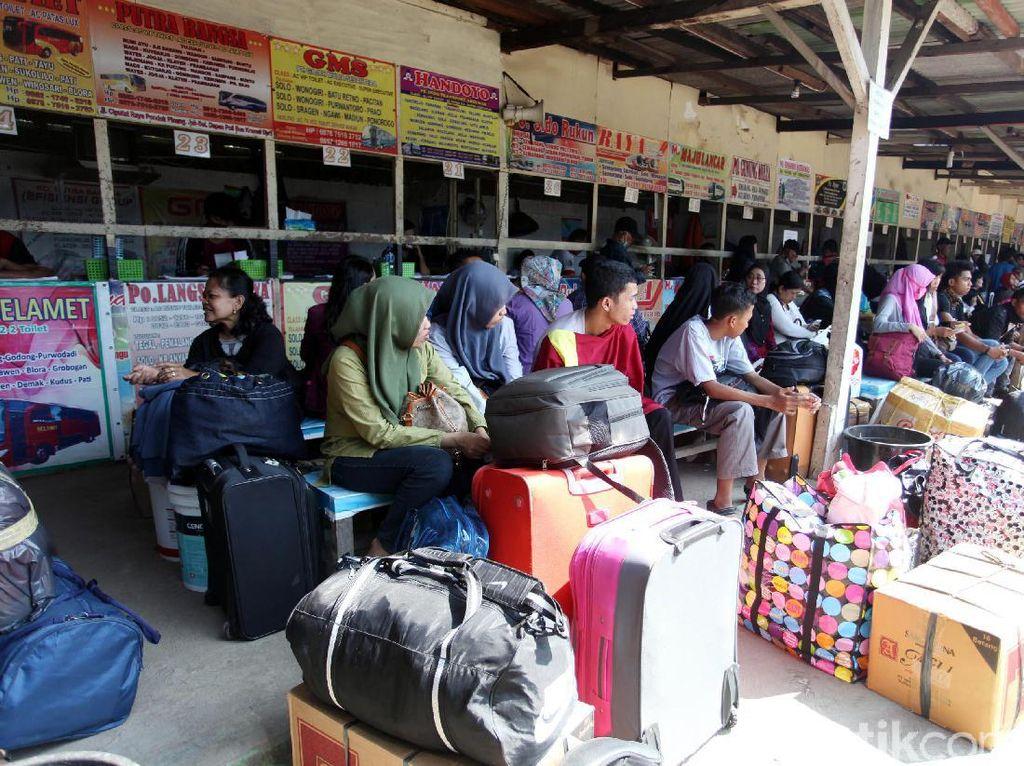 Para penumpang menanti kedatangan bus AKAP yang siap mengantarkan calon penumpang menunju kampung halaman.
