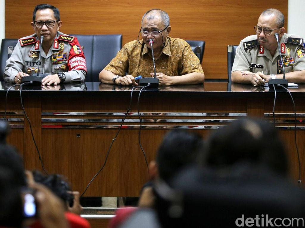 Ketua KPK Agus Rahardjo (tengah) didampingi Kapolri Jenderal Tito Karnavian (kiri) dan Kadiv Humas Polri Irjen Setyo Wasisto (kanan) memberikan keterangan terkait perkembangan penyelidikan kasus penyiraman air keras terhadap Novel Baswedan.