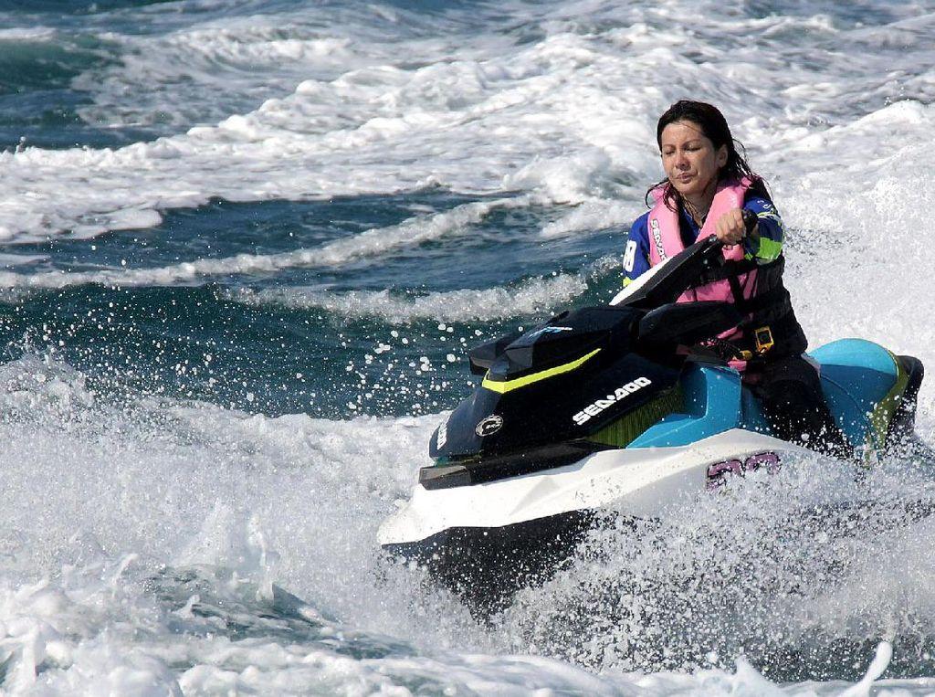 Seorang peserta wanita tengah melaju kencang dengan jet ski.