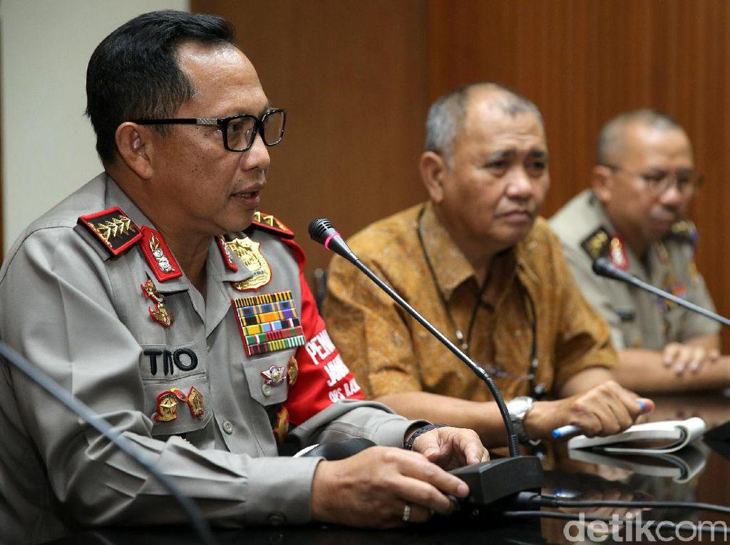 Dalam pengungkapan teror Novel, Kapolri Jenderal Tito Karnavian mengatakan sudah ada 56 saksi yang diperiksa. Namun keterangan saksi-saksi itu masih meragukan lantaran tidak melihat kejadian secara langsung.