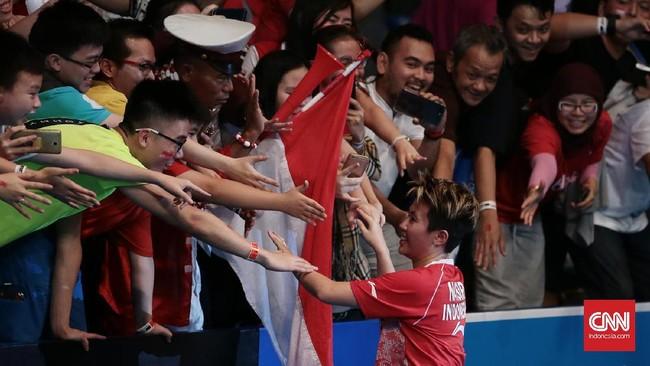 <p>Liliyana Natsir mengucapkan selamat kepada suporter di di Jakarta Convention Center usai memenangi gelar Indonesia Terbuka 2017. (CNN Indonesia/Andry Novelino)</p>