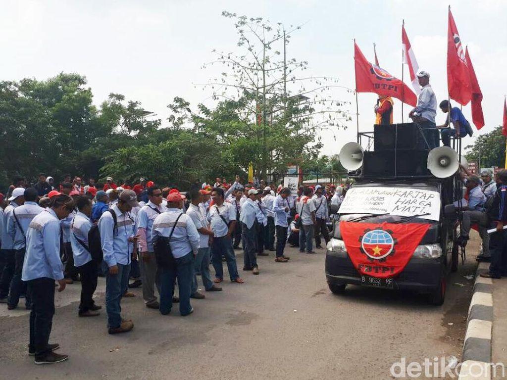 Para pendemo merupakan awak mobil tangki Pertamina yang bekerja di Pertamina Patra Niaga, Elnusa Petrofil, dan Kopenusa. Mereka berdemo sejak 8 pagi menggunakan kemeja biru dengan rompi merah.