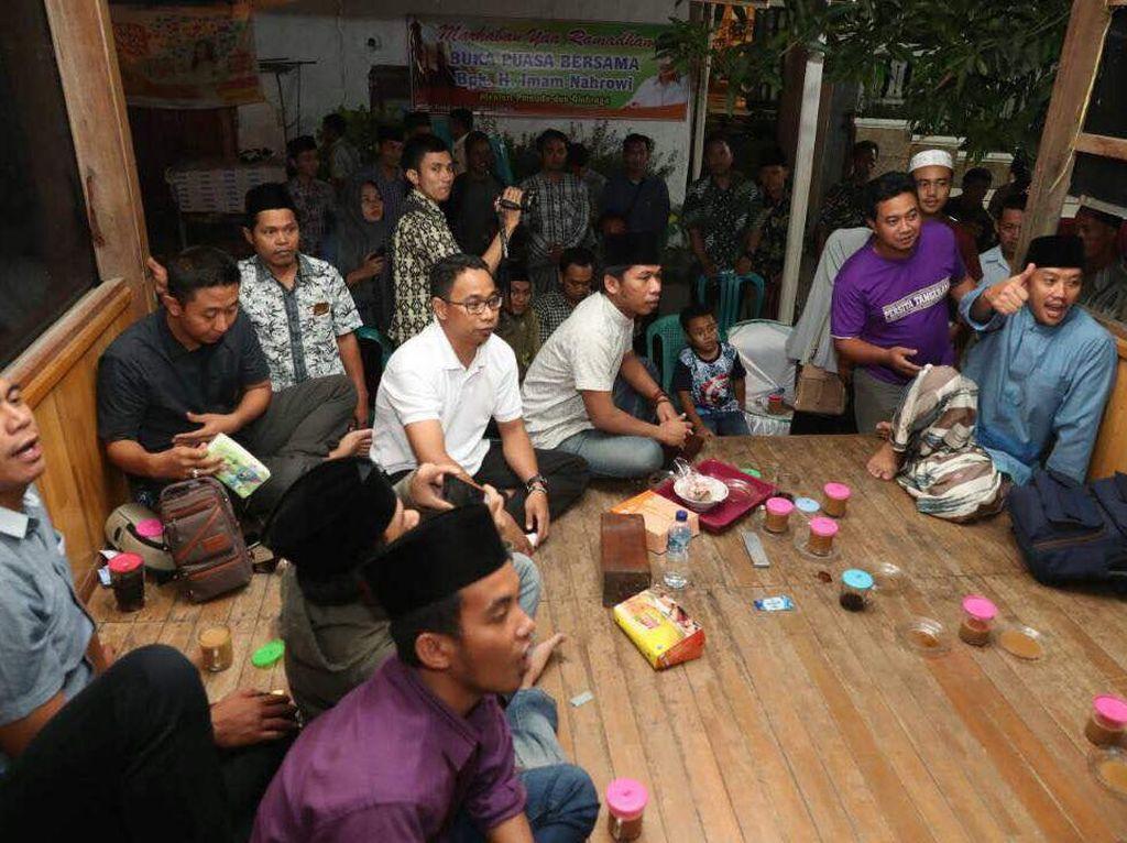Menpora tidak bisa menonton langsung final Indonesia Open 2017 di Jakarta Convention Center, Jakarta, sebab ada agenda kegiatan di Sidoarjo. Namun ia tetap menyempatkan diri menyaksikan laga tersebut melalui layar kaca. (Foto: dok. Humas Kemenpora)