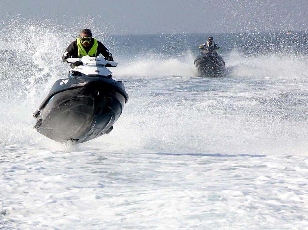 2 Jet ski adu kecepatan.