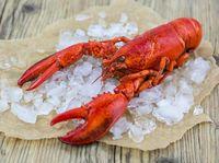 Siapa yang tidak suka seafood satu ini? Lobster mengandung seng yang cukup tinggi yang berkhasiat sebagai antiinflamasi yang dapat mengatasi gangguan kulit seperti jerawat. Serta mengandung zinc yang dapat mempercepat pembaharuan sel kulit. (Foto: iStock)