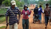 Di Kampong Thom, Kamboja, terdapat satu profesi unik yang jarang ditemui di negara lain, yakni pemburu laba-laba. Mereka menggunakan bambu dengan penjepit di bagian ujungnya, guna menangkap laba-laba berjenis tarantula dalam lubang.