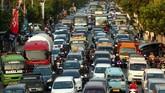Kendaraan terjebak macet saat melintas di jalur Pantura, Tegal, Jawa Tengah, Jumat (30/6). Volume kendaraan arus balik dari Jawa Tengah menuju Jakarta pada H+5 yang melonjak mengakibatkan jalur Pantura padat merayap dan diperkirakan puncak arus balik pada H+6. (ANTARA FOTO/Oky Lukmansyah/foc/17)