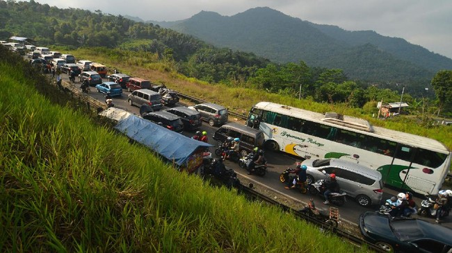 Antrean kendaraan memadati jalur selatan Lingkar Gentong, Kabupaten Tasikmalaya, Jawa Barat, Kamis (29/6). Memasuki H+4 Lebaran, arus balik dari Jawa Tengah menuju Bandung dan Jakarta terpantau padat dan puncak arus balik diprediksi terjadi pada H+5 dan H+6 Lebaran. (ANTARA FOTO/Adeng Bustomi/nz/17).