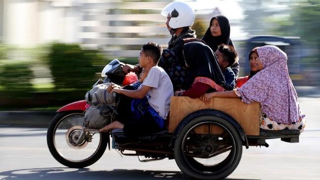 Pemudik yang menggunakan becak sepeda motor melintas di jalur lintas nasional Medan-Aceh Kamis (29/6). Memasuki H+4 Hari Raya Idul Fitri 1438 H, arus balik pemudik yang menggunakan sepeda motor mulai meningkat, dan diperkirakan puncak arus balik mudik lebaran Aceh terjadi pada Minggu (2/7). (ANTARA FOTO/Rahmad/aww/17).