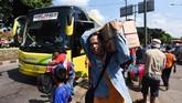 Pemudik mulai berdatangan usai pulang dari kampung halamannya di Terminal Kampung Rambutan, Jakarta, Kamis (29/6). Arus balik di terminal tersebut mulai ramai dan terus meningkat hingga puncaknya pada Sabtu (1/7). (ANTARA FOTO/Akbar Nugroho Gumay/aww/17).