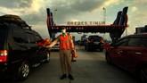 Petugas mengatur kendaraan ketika antre pintu masuk tol Brebes Timur, Jawa Tengah, Rabu (28/6). Pada H+3 Lebaran, kendaraan arus balik dari arah Jawa Tengah menuju Jakarta yang melewati tol Brebes Timur-Pejagan terpantau ramai lancar. (ANTARA FOTO/Oky Lukmansyah/foc/17).