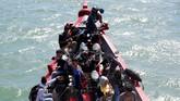 Warga menggunakan kapal kayu yang melayani trayek penyeberangan dari Banda Aceh menuju Pulau Aceh saat meninggalkan pesisir pantai di Ulee Lheu, Banda Aceh, Aceh, Selasa (27/6). Arus balik dari daratan menuju pulau mulai ramai dan puncak arus balik diperkirakan pada 1 dan 2 Juli 2017. (ANTARA FOTO/Irwansyah Putra/nz/17).