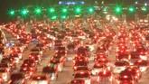 Kendaraan pemudik mengantre saat memasuki gerbang tol Cipali, Cirebon, Jawa Barat, Jumat (30/6) malam. Pada H+5 Lebaran, kendaraan dari Jateng menuju Jakarta melalui tol Cipali diketahui meningkat hingga 75 persen daripada hari sebelumnya. (ANTARA FOTO/Dedhez Anggara/aww/17).