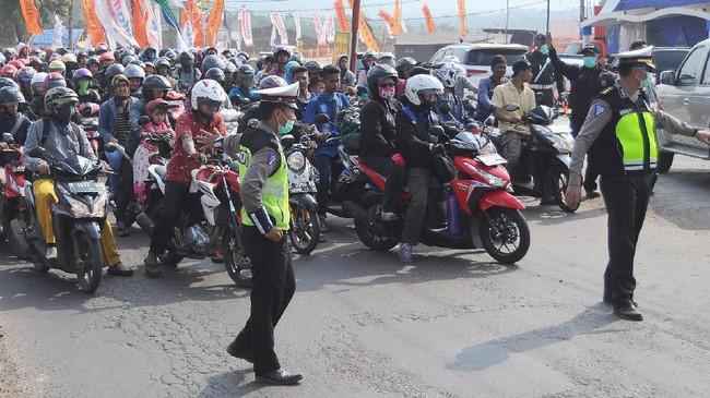 Pemudik sepeda motor melintasi jalur pantura di Kabupaten Batang, Jawa Tengah, Kamis (29/6). Pada H+4 Lebaran, arus balik sepeda motor terpantau meningkat dan diperkirakan puncak arus balik pada Minggu (2/7). (ANTARA FOTO/Harviyan Perdana Putra/nz/17)