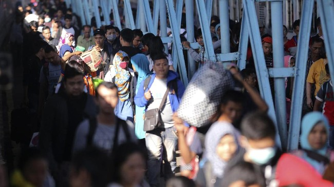 Sejumlah pemudik kereta api Rajabasa tujuan Bandar Lampung-Palembang tiba di Stasiun Kertapati, Palembang, Sumatera Selatan, Kamis (29/6). Antisipasi arus balik, KAI Drivre III Sumsel menambah tiga gerbong kereta api dengan kapasitas kursi 2.702 kursi dalam satu hari keberangkatan. (ANTARA FOTO/Nova Wahyudi/aww/17).