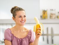 Indonesia wajib berbangga. Buah yang banyak tumbuh di Indonesia, yaitu pisang sangat kaya dengan kalium. Nah, salah satu manfaat kalium adalah mampu mengikat asam urat dan mengeluarkannya dalam bentuk urine. (Foto: iStock)
