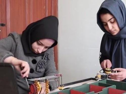 6 Hijabers Muda Pembuat Robot Ditolak Masuk Amerika Serikat